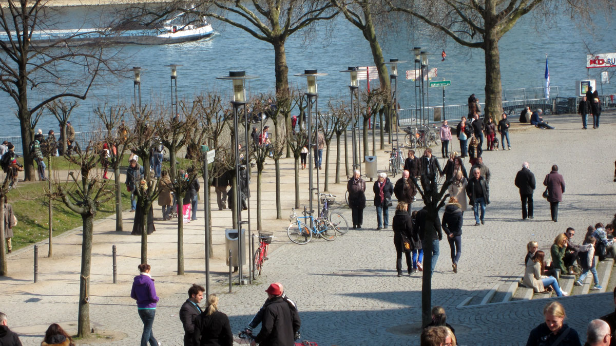 Völkerwanderung am Rhein, erster Frühlingstag in Köln, bk