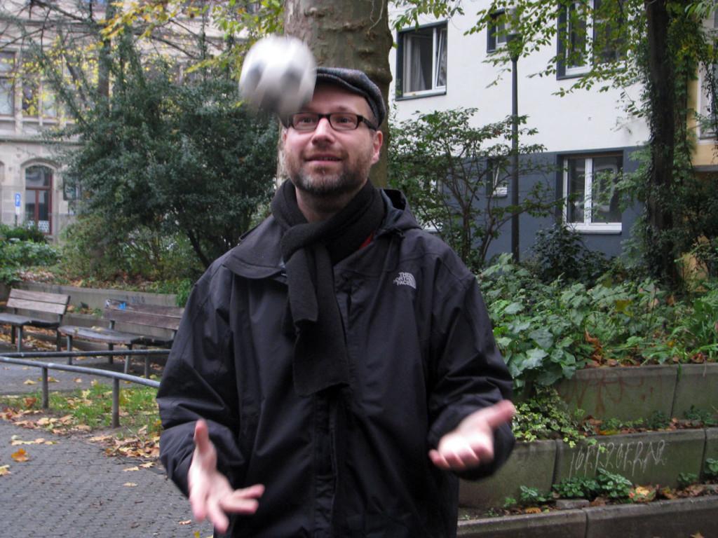 Fotosafari Köln: Bewegungsunschärfe. Dozent spielt Ball